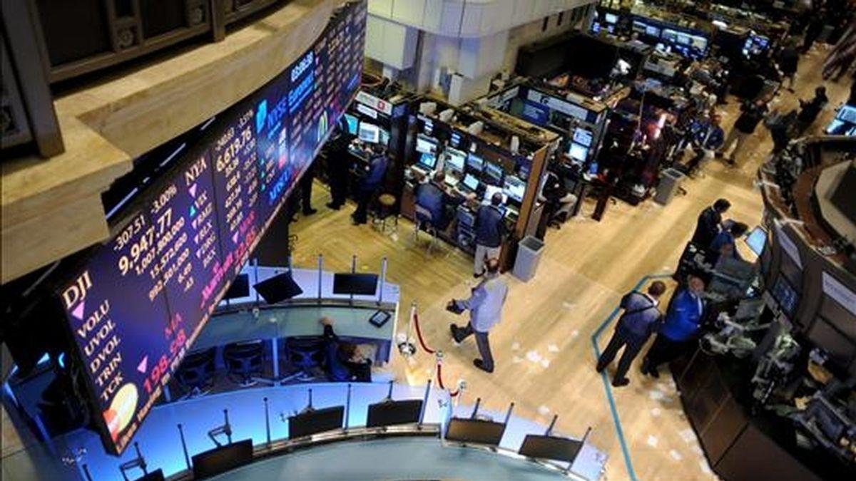 El Dow Jones de Industriales avanzó 59,04 puntos y llegó a las 10.198,03 unidades, con lo que encadenó cuatro jornadas consecutivas de subidas en las que firmó un ascenso semanal del 5,01%. EFE/Archivo
