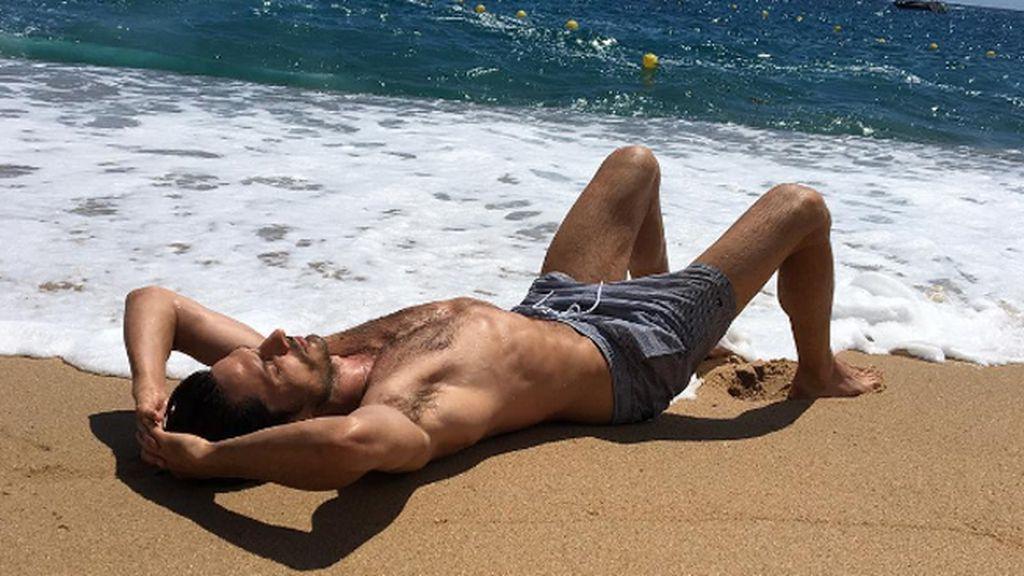 Andrés Velencoso luce cuerpazo y moreno en la orilla de la playa