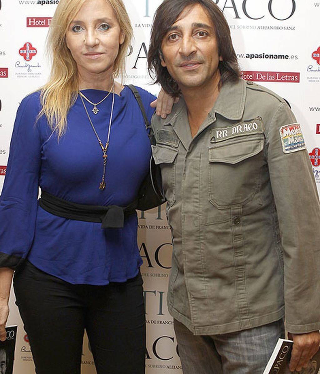 Antonio Carmona y Mariola Orellana, grandes amigos del cantante, no quisieron perderse la presentación