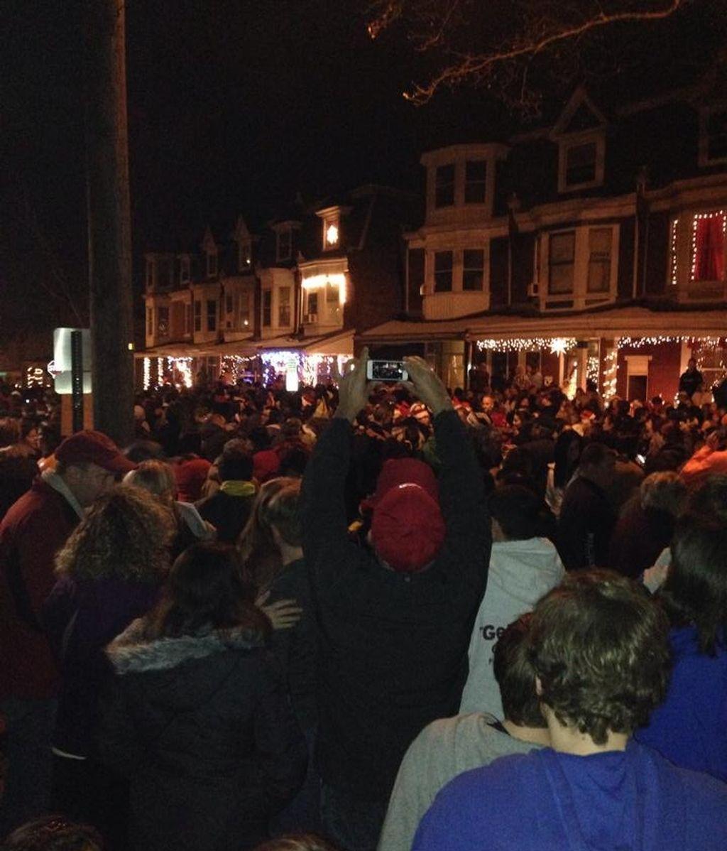 10,000 personas se concentran frente a la casa de Laney Brown para cantarle