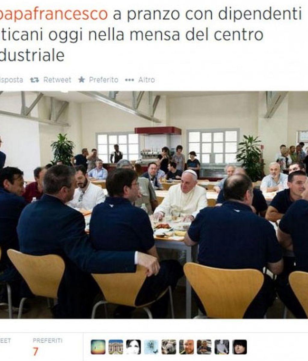 El papa en el comedor de la Santa Sede, como uno más