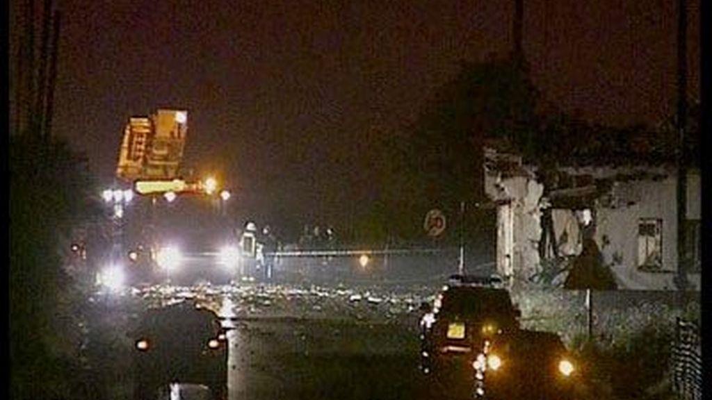 El cuerpo de Bomberos acude de noche al lugar del atentado