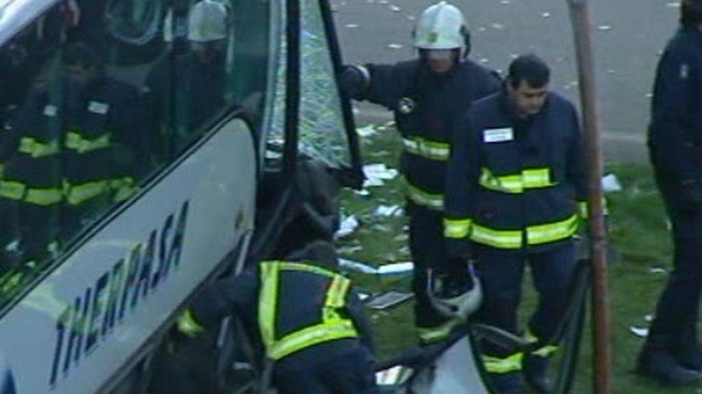 El autobús cayó de pie y  eso ha salvado al vida a sus ocupantesNITO.2010