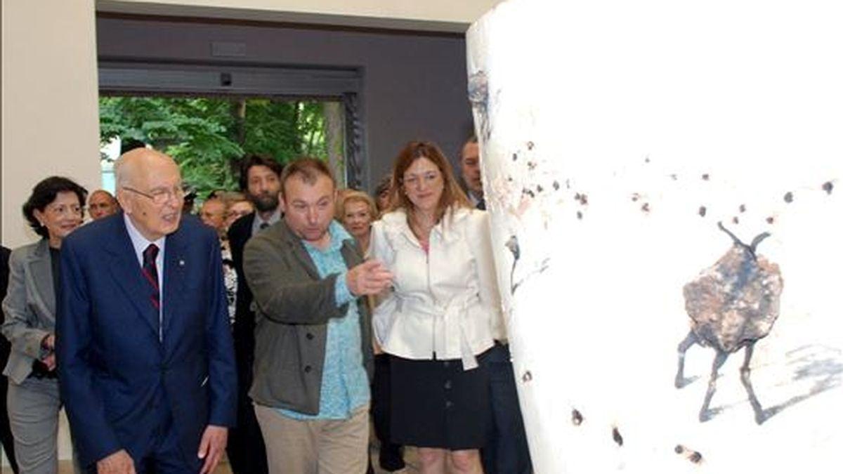 El presidente de Italia, Giorgio Napolitano (izq.), visita el pabellón de España en la Bienal de Venecia acompañado por el pintor mallorquín Miquel Barceló. EFE