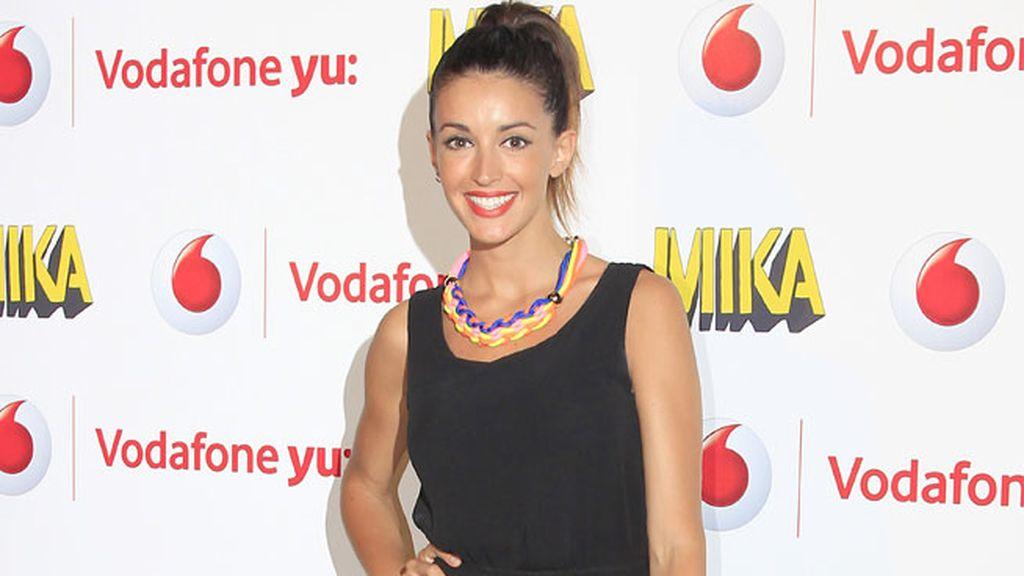 Noelia López llevó un vestido negro y complementos flúor