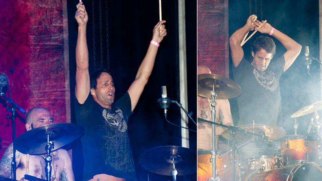 Escassi se lanzó al escenario y tocó la batería