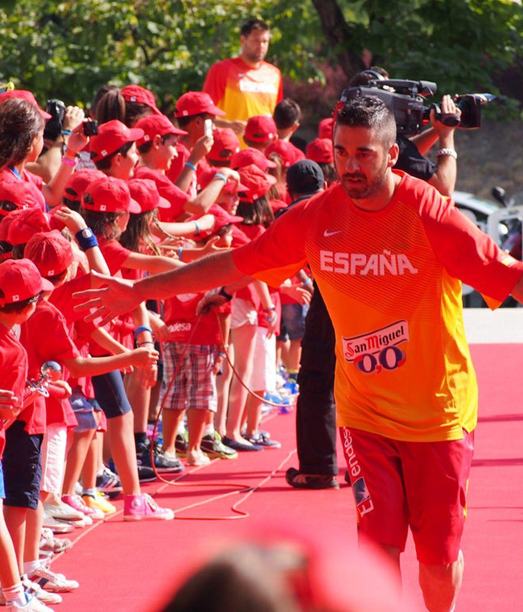 'La Bomba' Navarro saludando a los niños