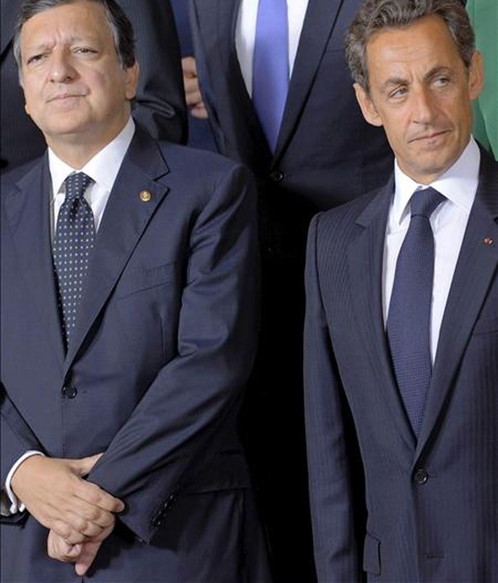 El presidente de la Comisión Europea, el portugués Jose Durao Barroso (i), y el presidente francés, Nicolas Sarkozy (d), durante la foto de familia en la cumbre del Consejo Europeo que se celebra hoy jueves 16 de septiembre de 2010 en Bruselas, Bélgica. Los líderes de la Unión Europea celebran hoy una cumbre destinada a reforzar su política exterior en un momento de tensiones internas debido a la polémica expulsión de gitanos rumanos y búlgaros por parte de Francia. EFE
