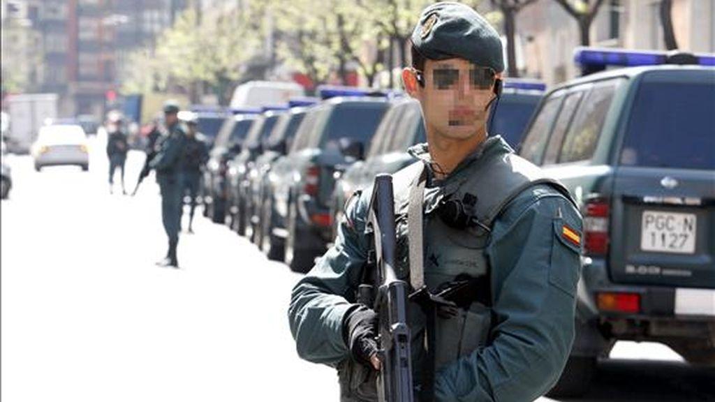 Agentes de la Guardia Civil durante una operación antiterrorista en Bilbao el pasado abril. EFE