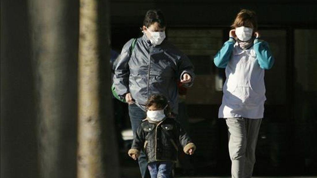 Integrantes de una familia que se protegen con tapabocas caminan, en las afueras del hospital de pediatría Juan Garrahan de Buenos Aires (Argentina). EFE