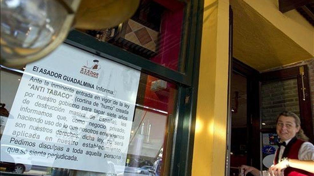 Cristalera exterior del asador Guadalmina de Marbella (Málaga) fotografiada este lunes y en la que se aprecia un cartel que anuncia la intención de no aplicar la Ley antitabaco. EFE