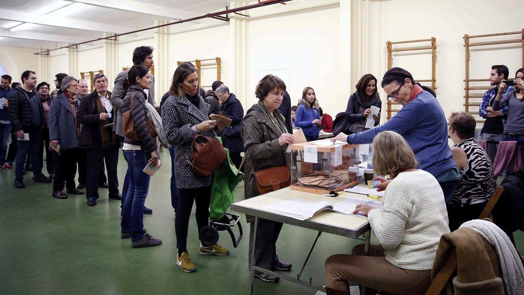 Colas en los colegios electorales para votar