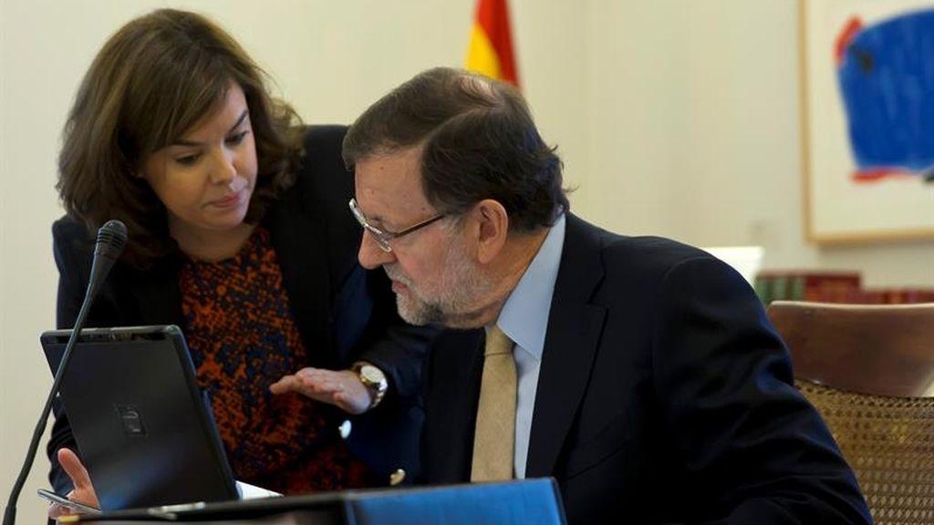 El presidente del Gobierno, Mariano Rajoy, junto a la vicepresidenta Soraya Sáenz de Santamaría