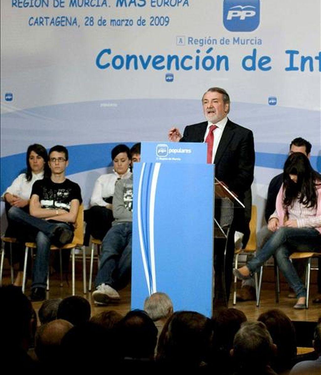 """El cabeza de lista del PP a las elecciones europeas, Jaime Mayor Oreja (c), durante su intervención en la Convención 'Comprometidos. Región de Murcia. Más Europa"""", que ha tenido lugar hoy en Cartagena. EFE"""