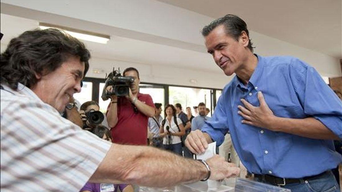 El cabeza de lista a las elecciones europeas por el PSOE y secretario general del PSC-PSOE, Juan Fernando López Aguilar, ejerció este mediodía su derecho al voto en el colegio Isabel de España de Las Palmas de Gran Canaria. EFE