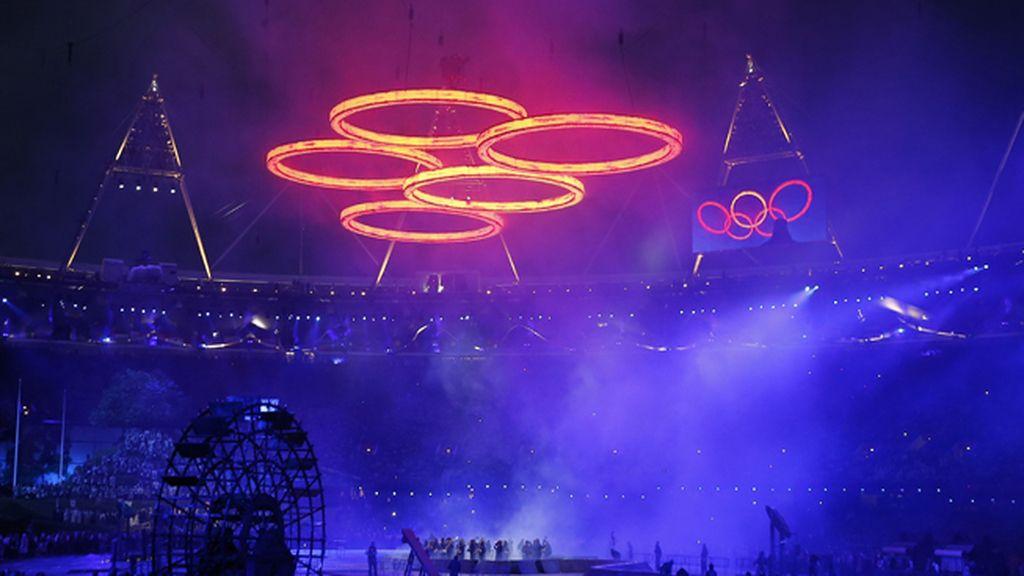 Los aros olímpicos brillan durante el acto inaugural de los Juegos Olímpicos de Londres 2012