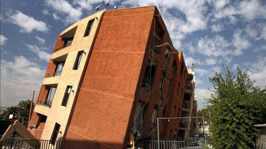 Imagen tomada el pasado 19 de abril en Santiago de Chile, de un edificio derrumbado a raíz del terremoto que sacudió el país el pasado mes de febrero. Desde entonces, la tierra sigue temblando en Chile. EFE/Archivo