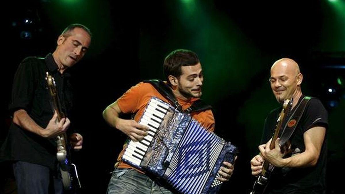 Los integrantes del grupo vallisoletano Celtas Cortos, José Sendino (i), Jorge Arribas (c) y Jesús Cifuentes, durante un concierto en Valladolid. EFE/Archivo
