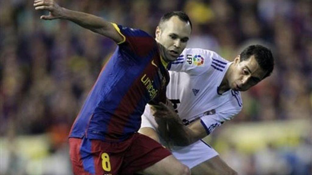 Los campeones del mundo, Iniesta y Arbeloa, luchando por el esférico