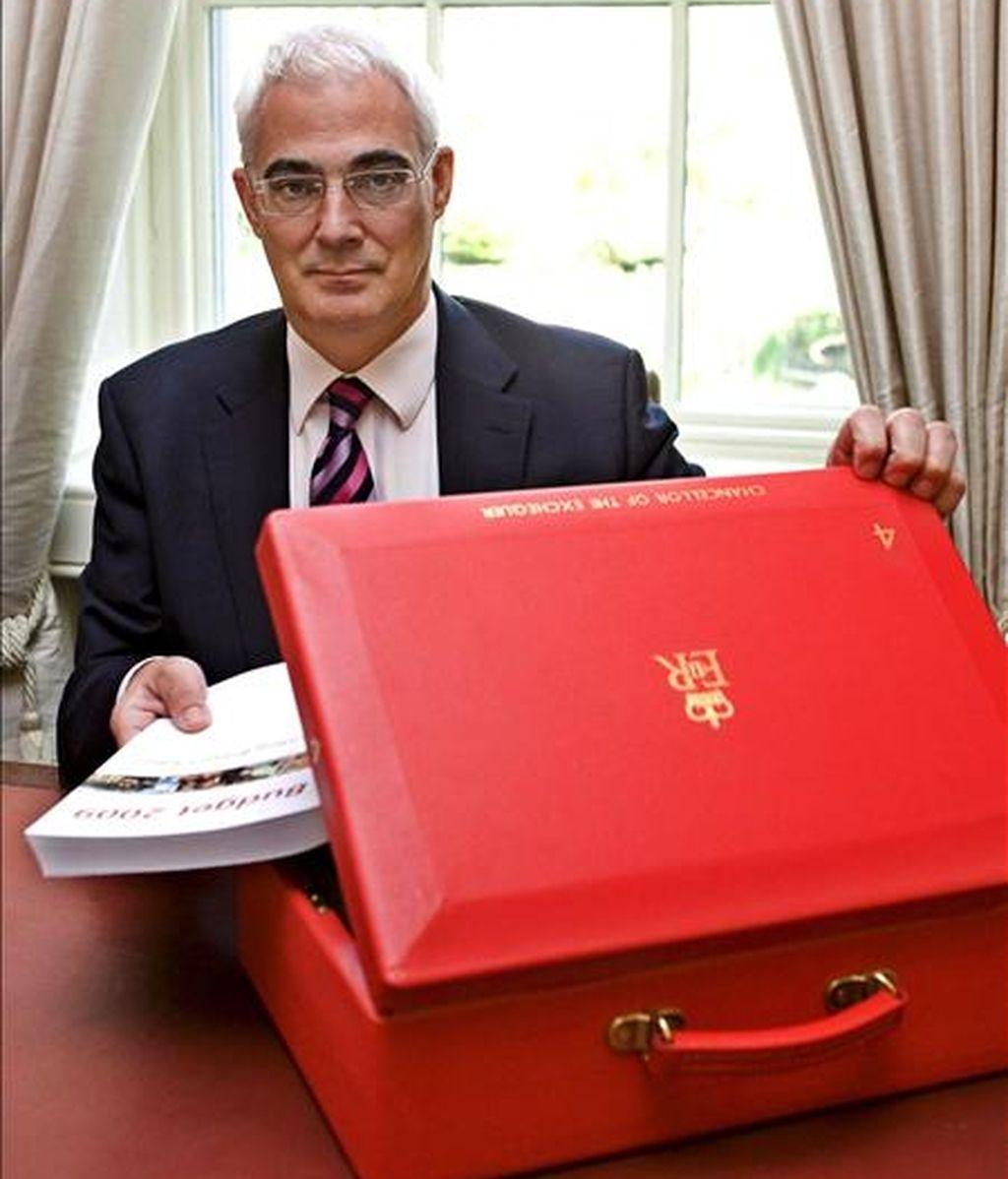El ministro británico de Economía, Alistair Darling, introduce en su cartera el ejemplar con los presupuestos del Estado, en su oficina en el número 11 de Downing Street, Londres (Reino Unido). EFE/Archivo