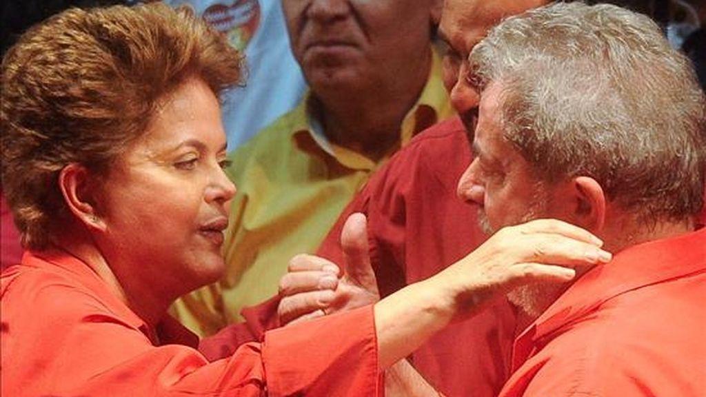 La candidata oficialista a la Presidencia de Brasil, Dilma Rousseff (i), y el presidente brasileño, Luiz Inácio Lula da Silva, participan durante un acto electoral en la ciudad de Ceilandia, en Brasilia (Brasil). EFE