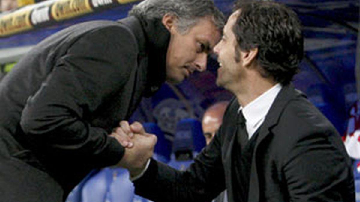 Quique Sánchez Flores y Mourinho se saludan antes de comenzar la eliminatoria de Copa del Rey. Vídeo: Atlas