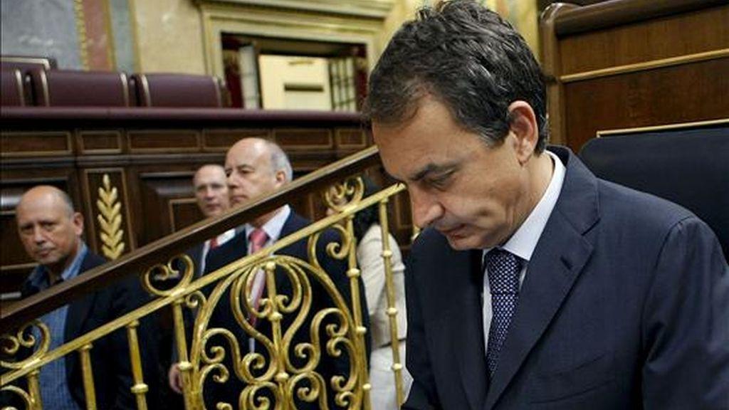 El presidente del Gobierno, José Luis Rodríguez Zapatero, a su llegada al Congreso de los Diputados, donde hoy se celebra la sesión de control al Ejecutivo. EFE