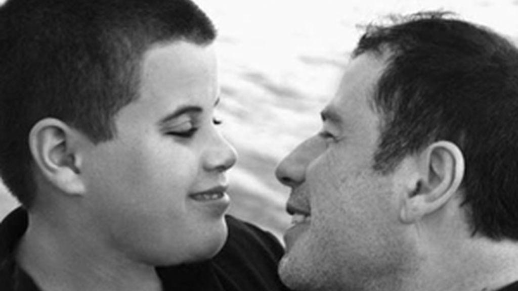 Jett Travolta en una imagen de archivo con su padre John Travolta. Foto: Travolta.com.