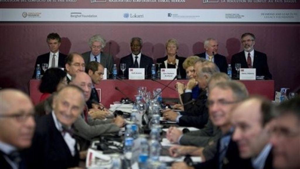 """El ex secretario general de la ONU, Kofi Annan, junto al resto de participantes en la """"Conferencia Internacional para promover la resolución del conflicto en el País Vasco"""" en San Sebastián"""