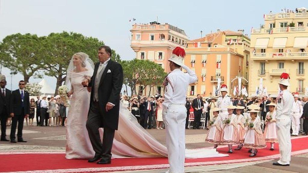La novia atraviesa la alfombra roja