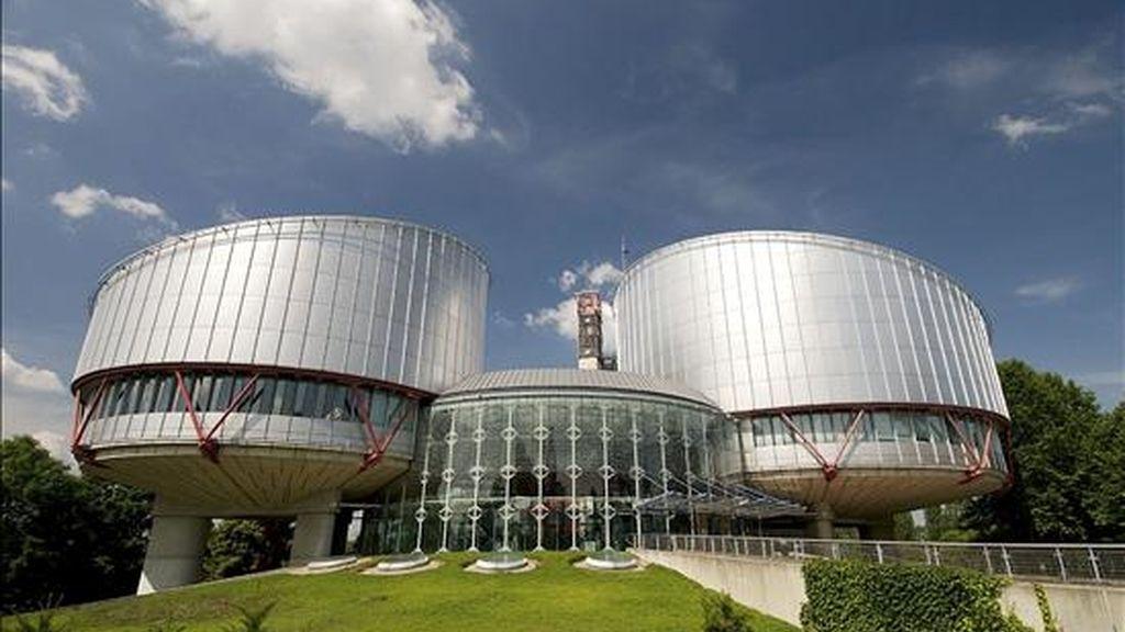 Fachada de la sede del Tribunal Europeo de Derechos Humanos (TEDH), con sede en Estrasburgo (Francia). Este Tribunal ha avalado hoy la ilegalización de Batasuna al rechazar el recurso que la formación abertzale interpuso en Estrasburgo contra la decisión del Tribunal Supremo, que la ilegalizó el 17 de marzo de 2003 en aplicación de la Ley de Partidos y al considerarla parte del entramado terrorista de ETA. EFE