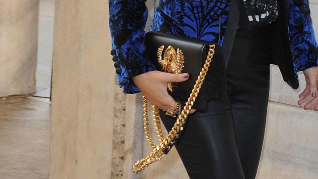 Su bolso negro y dorado, de Hera