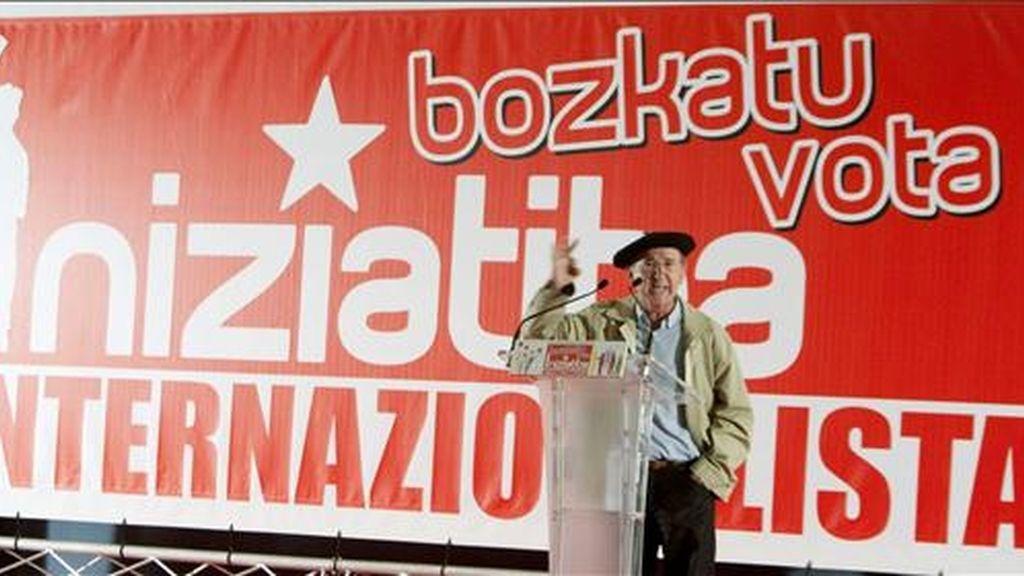 El ex dirigente de Herri Batasuna Tasio Erkizia, interviene en el mitin con el que Iniciativa Internacionalista cerró ayer su campaña en Euskadi. EFE/Archivo