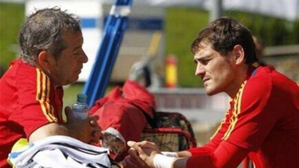 Damián García, utillero de la Selección Española durante 25 años, e Iker Casillas
