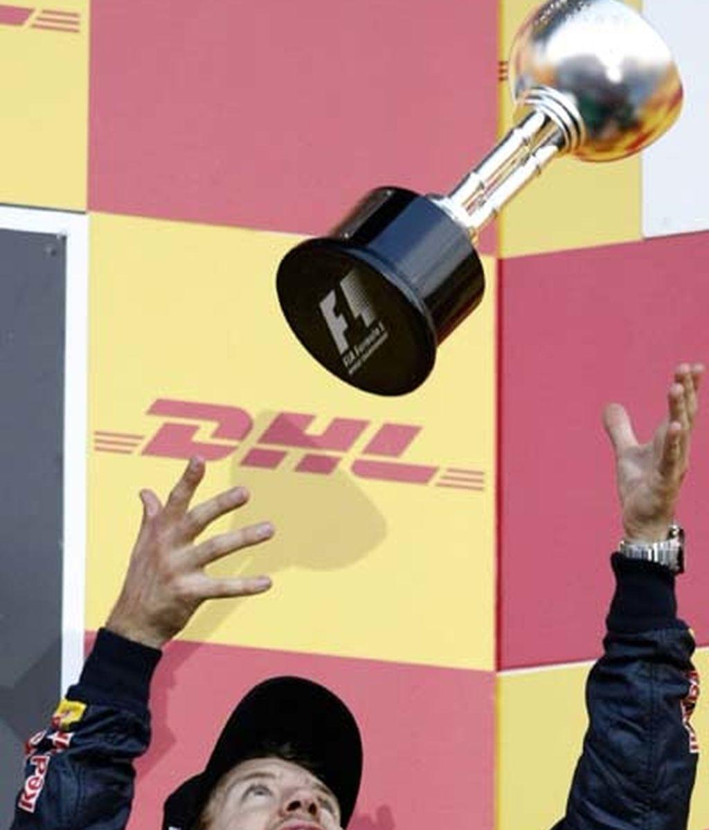 Vettel lanzando el trofeo al aire