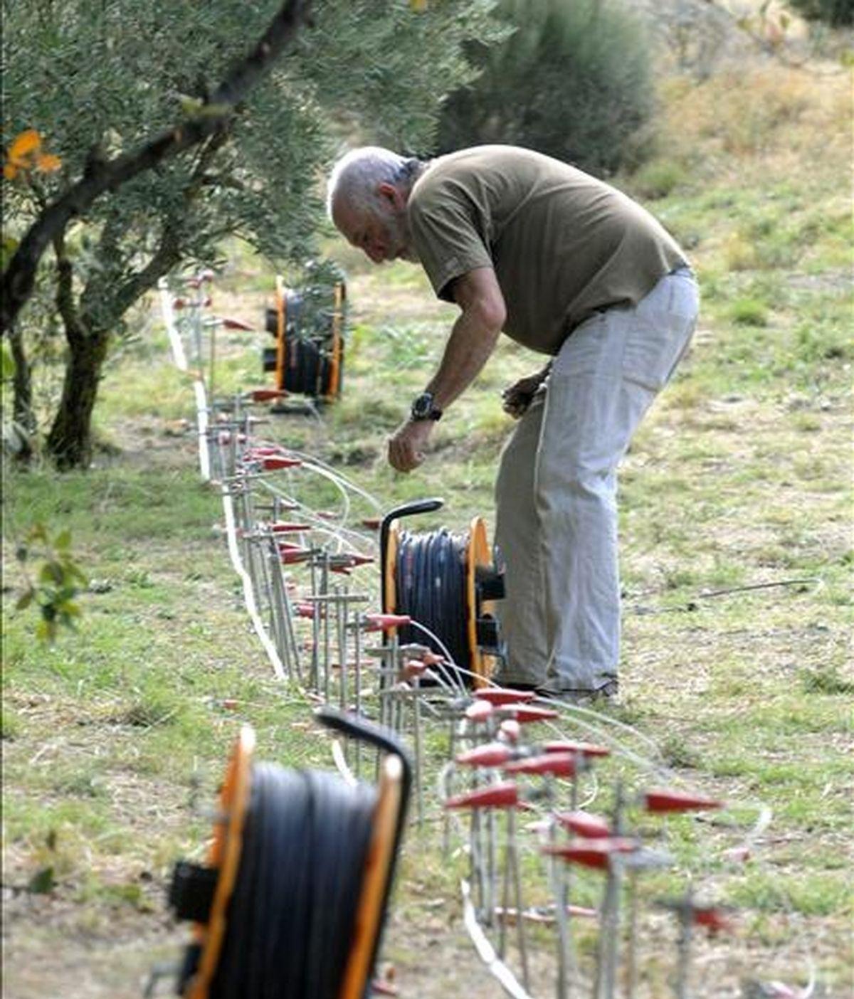 Expertos de la Universidad de Granada trabajan en la búsqueda, a través de un georradar, de los restos del poeta Federico García Lorca, en la localidad granadina de Alfacar, el pasado 29 de septiembre. EFE
