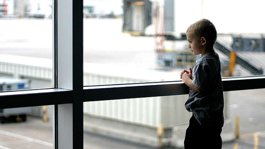 El pequeño consiguió abordar el avión sin documento de identificación, ni tarjeta de embarque.