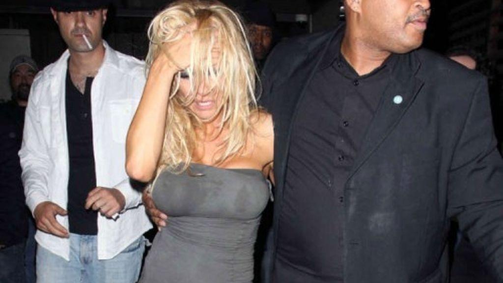 Pamela Anderson completamente borracha a la salida de un pub