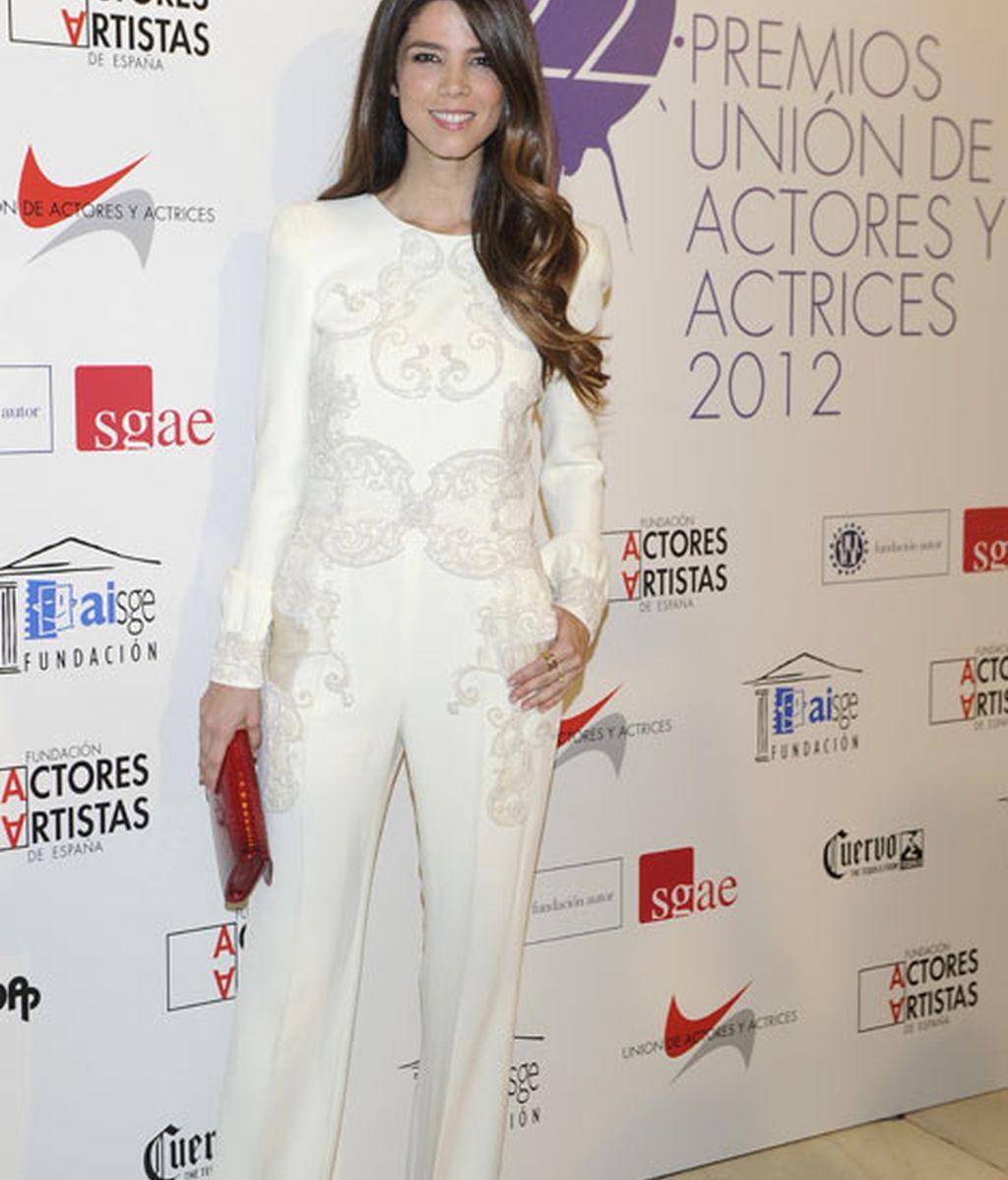 Juana Acosta triunfó con el mono blanco con pedrería
