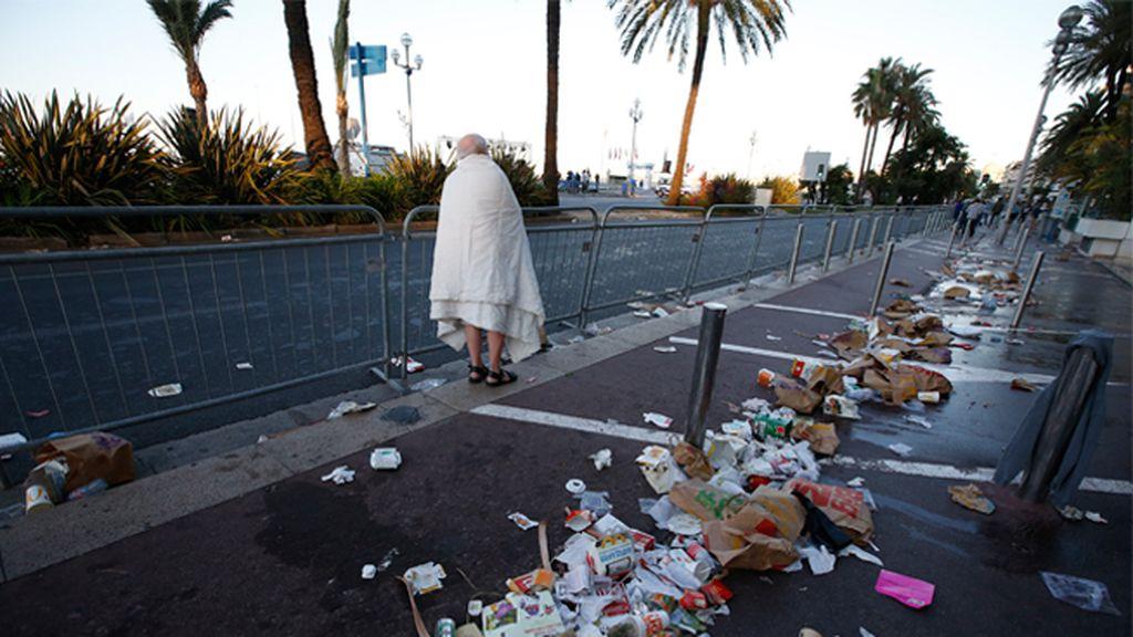 Silencio y supervivientes, así amanece el Paseo de los Ingleses de Niza