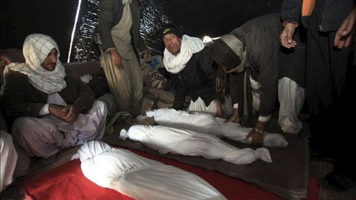 Fotografía de archivo fechada el 21 de diciembre de 2010 de los cuerpos de las víctimas de un terremoto de 6,5 en la escala Richter que causó la muerte de al menos siete personas en la provincia de Kerman anoche, en Chah Qanbar (Irán). EFE/Archivo