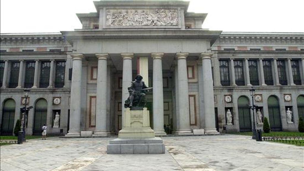 Estatua dedicada a Velazquez situada delante de la fachada principal del madrileño Museo del Prado. EFE/Archivo