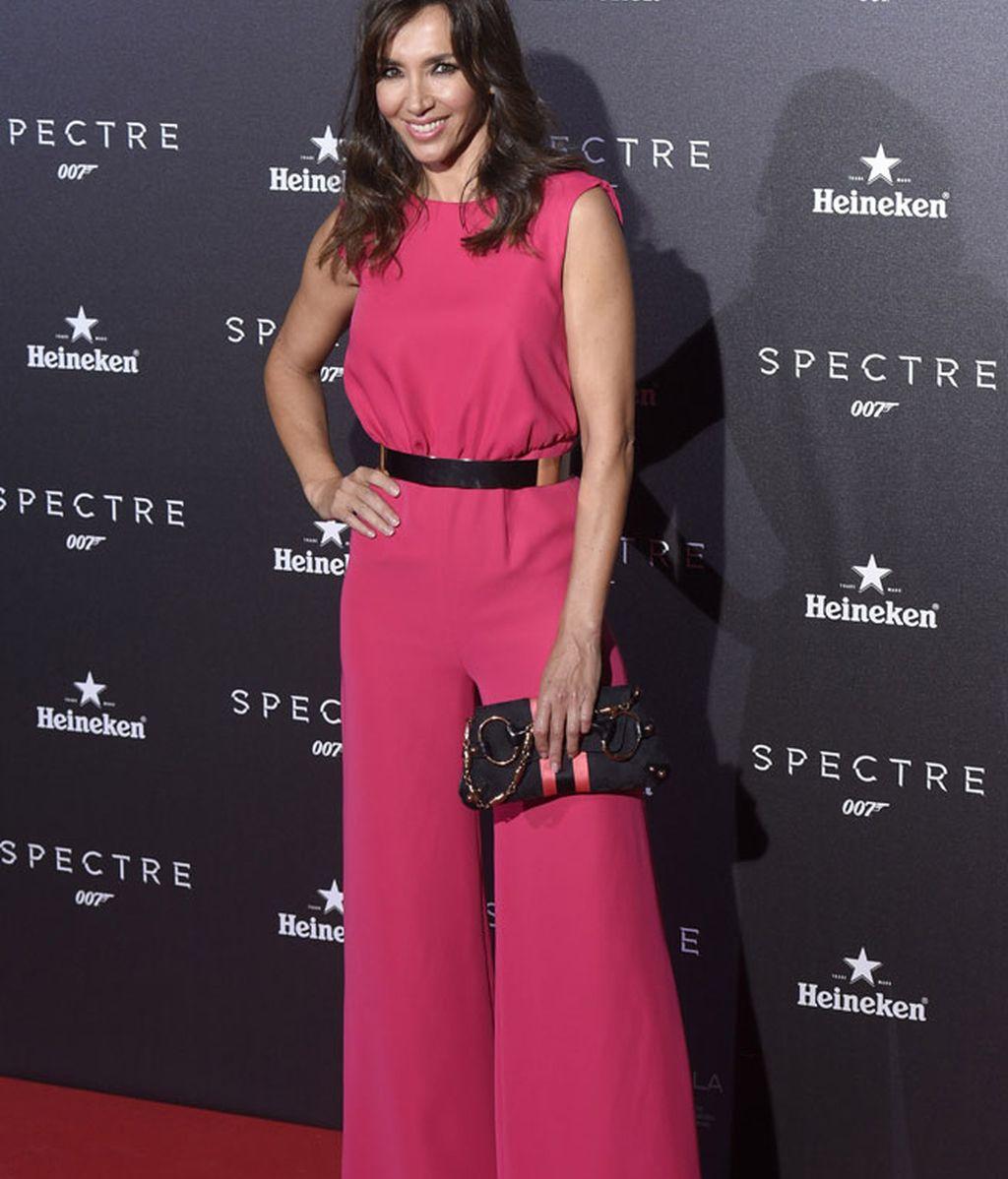 Paloma Lago con un mono rosa de pata de elefante en el estreno de 'Spectre'