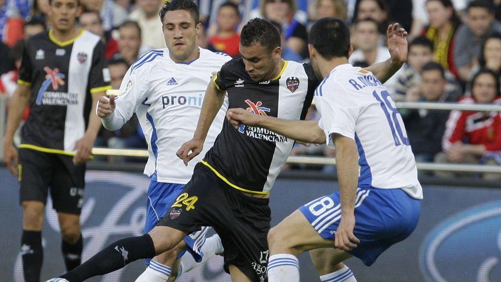 El defensa del Real Zaragoza Abraham Minero (d) pelea un balón con el delantero argelino del Levante, Abdelkader Ghezzal,