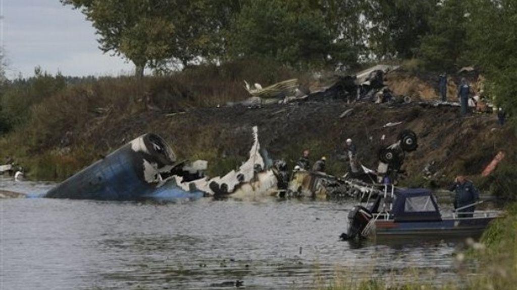 Los equipos de rescate trabajan en el río Volga, donde aparecen los restos del avión siniestrado.