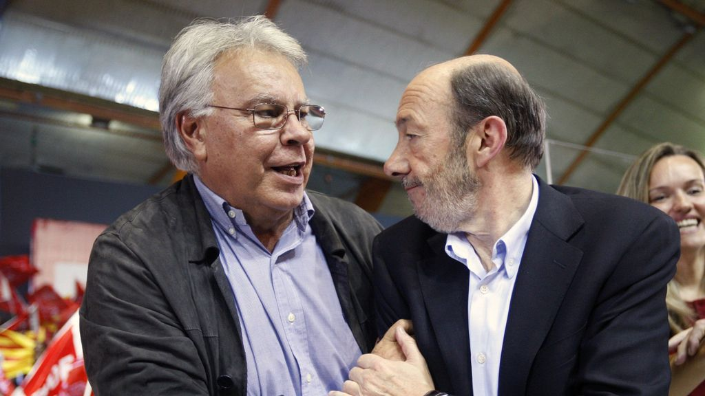 Felipe González con Alfredo Pérez Rubalcaba, en Zaragoza. Foto:EFE.