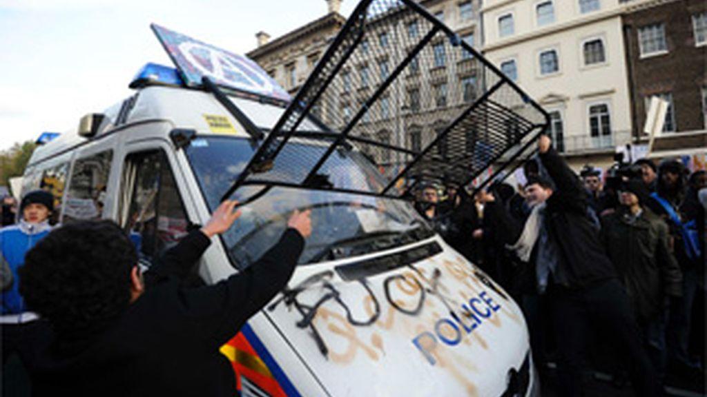 Protestas de estudiantes contra las reformas universitarias en Reino Unido e Italia