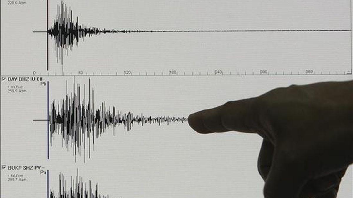 Un hombre enseña un gráfico que muestra la actividad sísmica registrada por el Instituto de Vulcanología y Sismología de Filipinas (Phivolcs) en Quezon City, este de Manila, Filipinas, hoy, 8 de diciembre de 2010. Un terremoto de 6,1 grados de magnitud en la escala Richter sacudió hoy las costas del sudeste de Filipinas, sin datos sobre víctimas o daños materiales. EFE