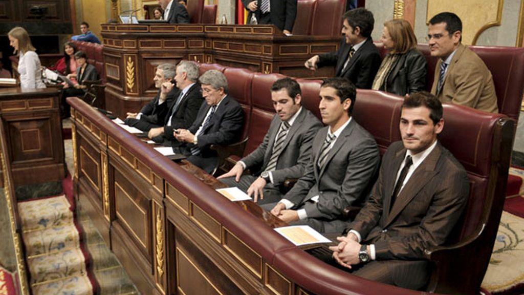 Enrique Cerezo, junto a los futbolistas Antonio López, Raúl García e Iker Casillas