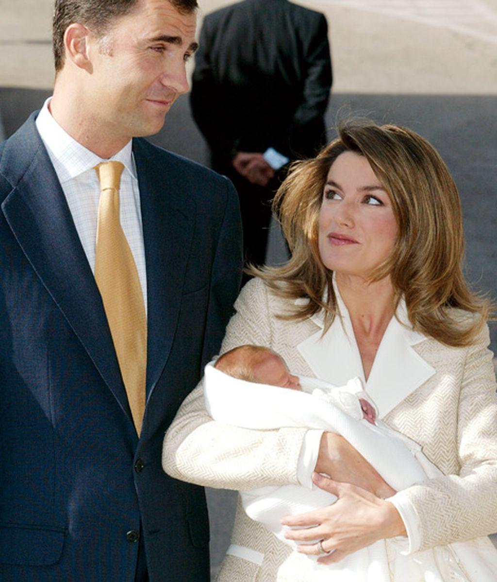 Su primera hija, la Infanta Leonor (octubre de 2005)